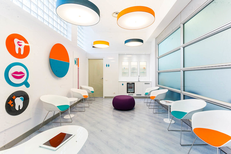 Studio dentistico, sala da aspetto Cliniche moderne di ADIdesign* studio Moderno