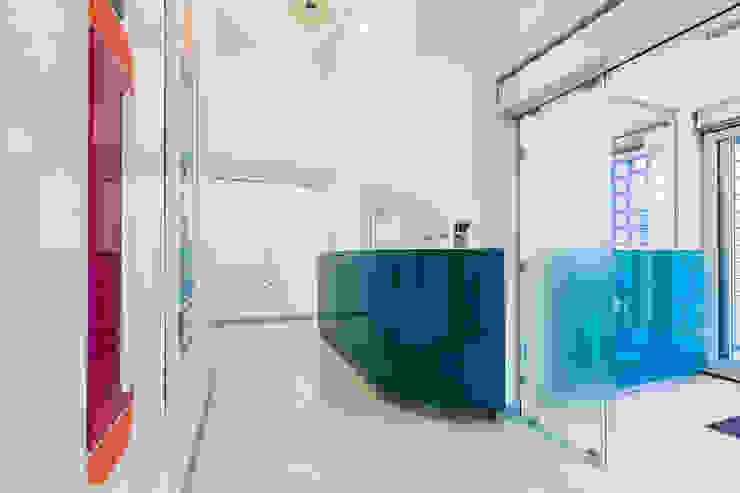 banco reception Complesso d'uffici moderni di ADIdesign* studio Moderno