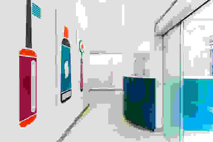 reception studio dentistico Cliniche moderne di ADIdesign* studio Moderno