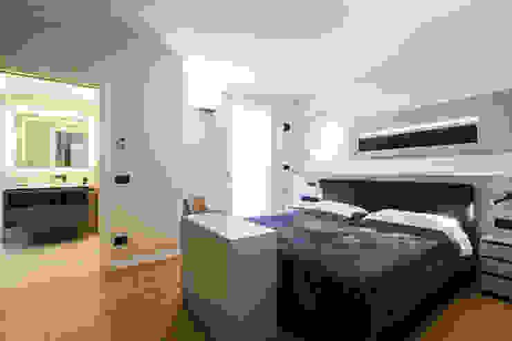 camera da letto moderna Camera da letto minimalista di ADIdesign* studio Minimalista