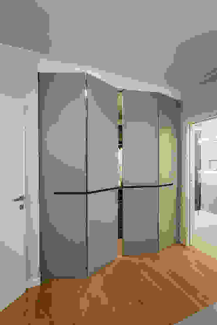 cabina armadio moderna Camera da letto minimalista di ADIdesign* studio Minimalista
