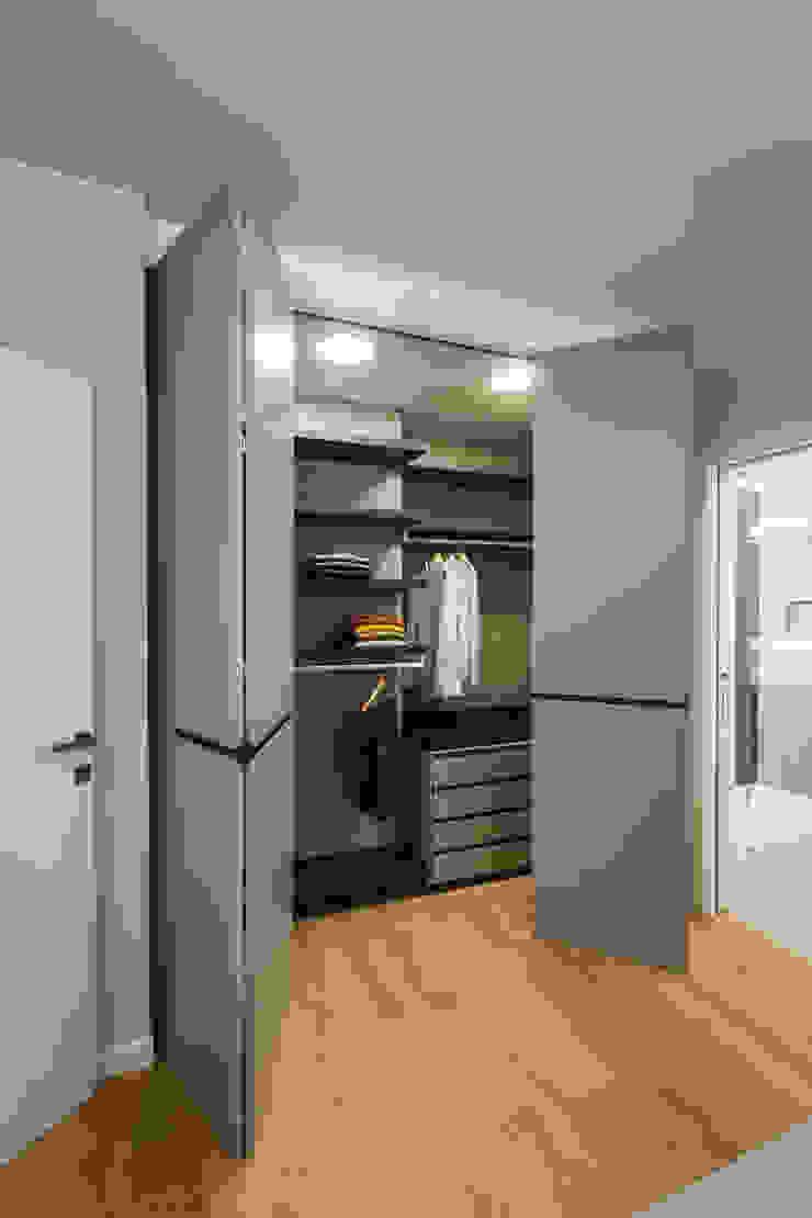 cabina armadio Camera da letto minimalista di ADIdesign* studio Minimalista