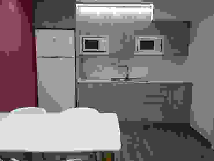 femcuines Modern Dining Room