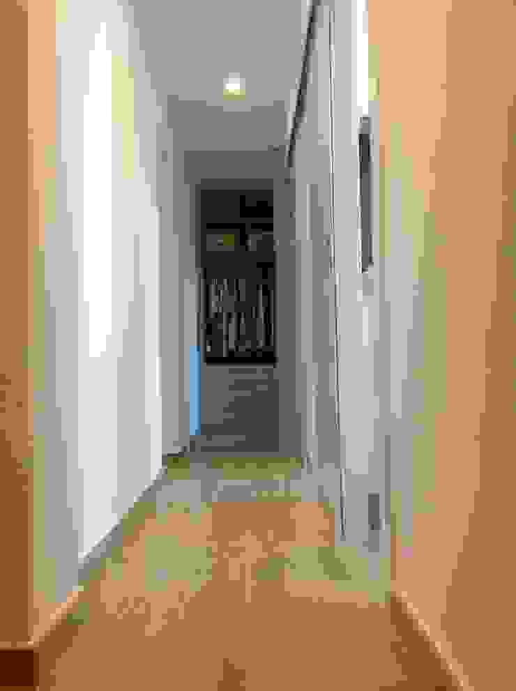 femcuines Modern Corridor, Hallway and Staircase