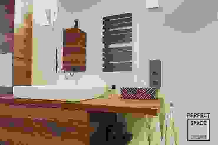 Przytulne królestwo singielki Kolonialna łazienka od Perfect Space Kolonialny