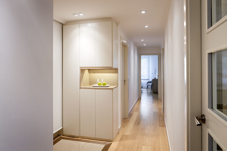 Modern corridor, hallway & stairs by Estibaliz Martín Interiorismo Modern Wood Wood effect