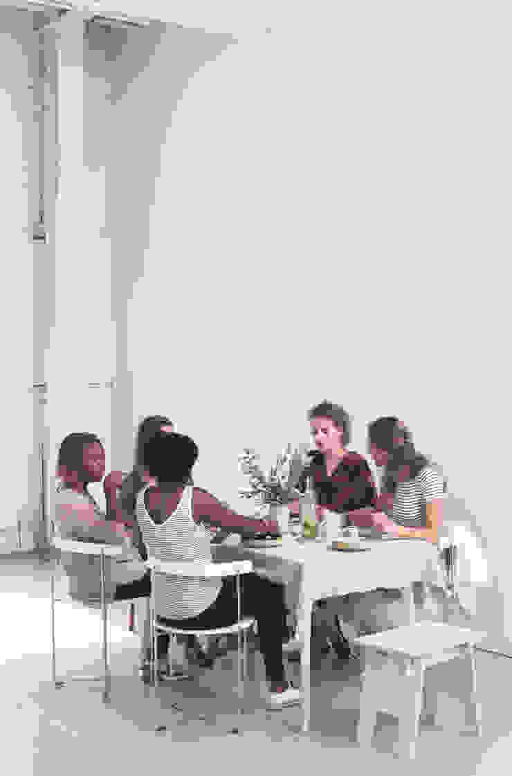 De wanden zijn geschilderd met Classico krijtverf in de kleur White, de vloer met Floor Paint in de kleur White Rhino van Pure & Original