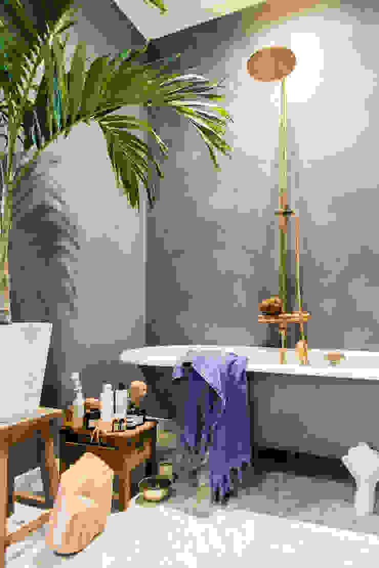 De badkamer is geschilderd met Fresco kalkverf in de kleur Oxford Blue Moderne badkamers van Pure & Original Modern