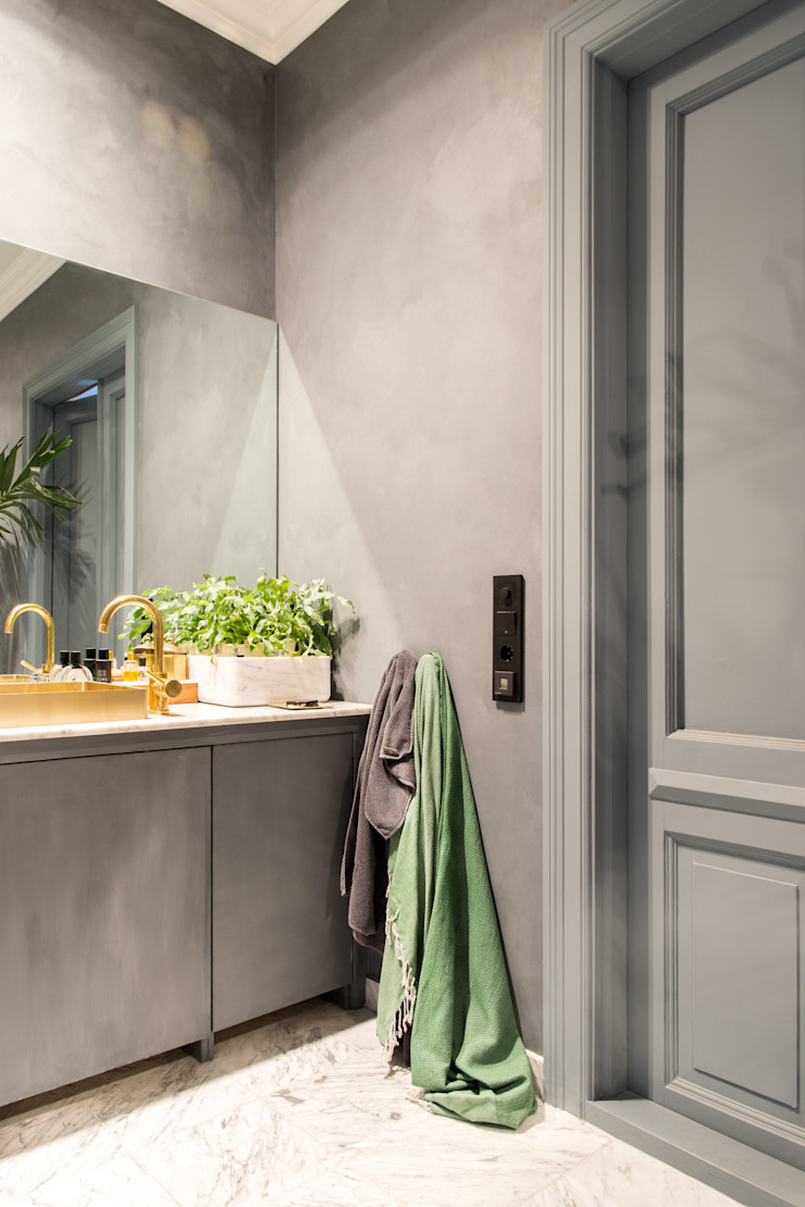 De wanden en kastjes zijn geschilderd met Fresco kalkverf in de kleur Oxford Blue Moderne badkamers van Pure & Original Modern