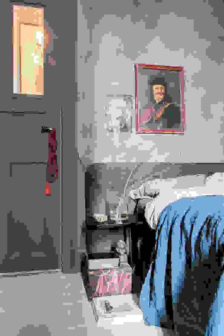 Wanden in Fresco kalkverf, deur in Traditional Paint lak op waterbasis, beide in de kleur Aubergine Moderne slaapkamers van Pure & Original Modern