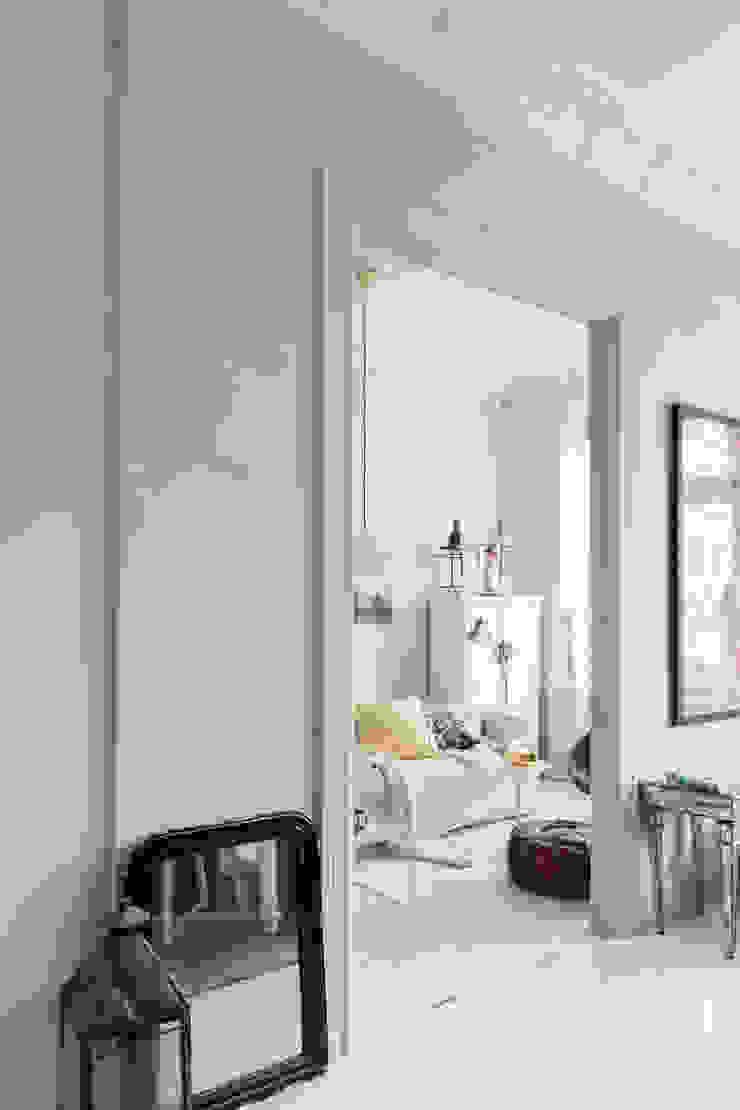 Doorkijkje van de eetkamer naar de woonkamer, van Old Flax naar Ashes Moderne eetkamers van Pure & Original Modern