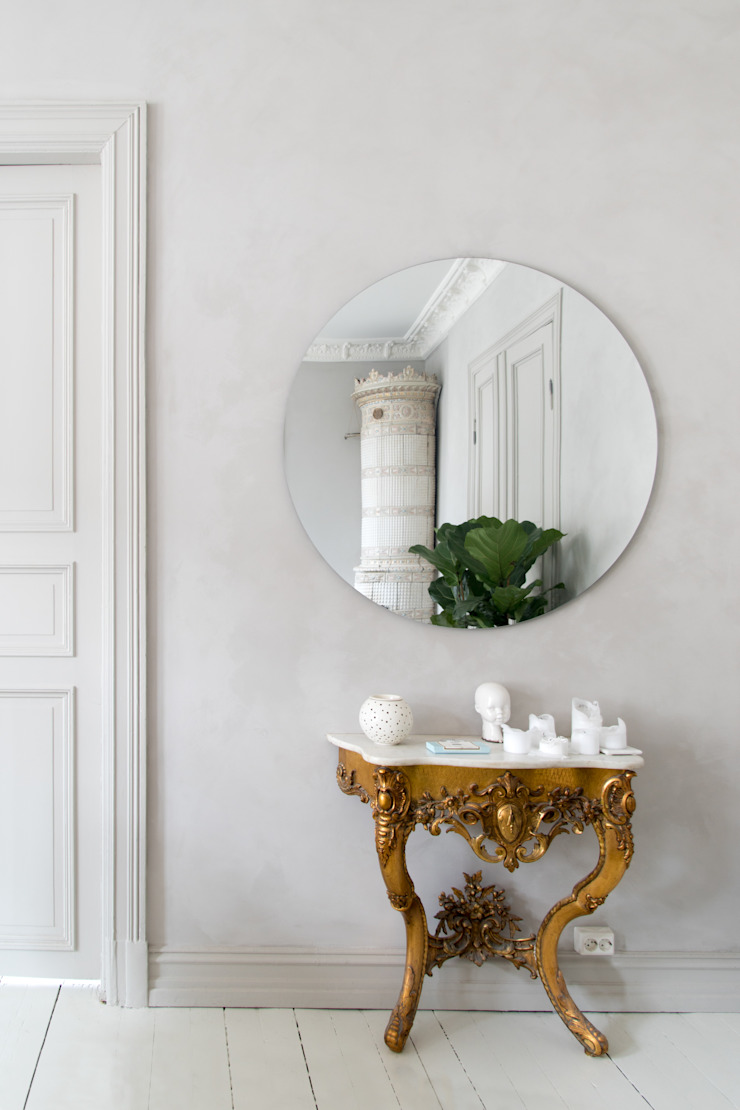 Bijzonder detail in de eetkamer; de zachte kleur Old Flax combineert mooi met wit, goud en donker groen Moderne muren & vloeren van Pure & Original Modern