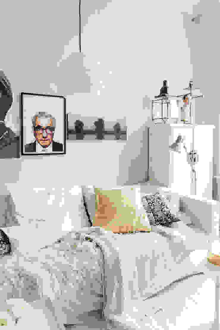 Lichte woonkamer, geschilderd met Classico krijtverf in de kleur Ashes Moderne woonkamers van Pure & Original Modern