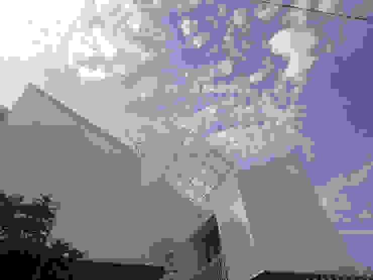 Atap transparan Oleh studioindoneosia Minimalis Batu Bata