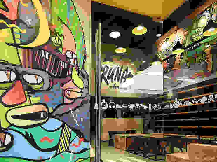 Detalle de graffiti en el ingreso de SXL ARQUITECTOS Industrial Compuestos de madera y plástico