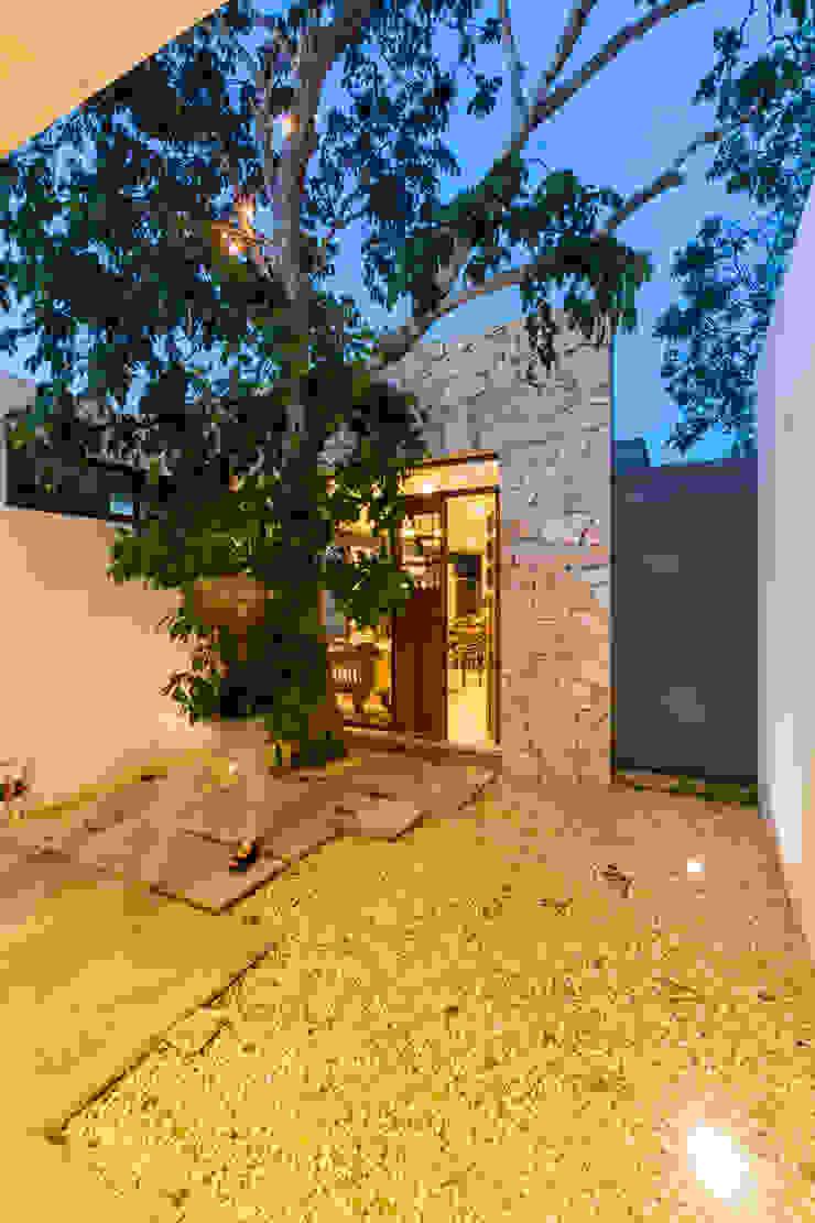 Acceso Secundario Puertas estilo mediterráneo de Cetina y Ancona Arquitectos Mediterráneo