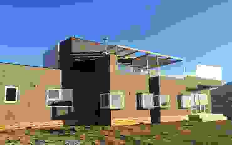 Casa Muelle Casas de estilo mediterráneo de Casas Metal Mediterráneo Aglomerado