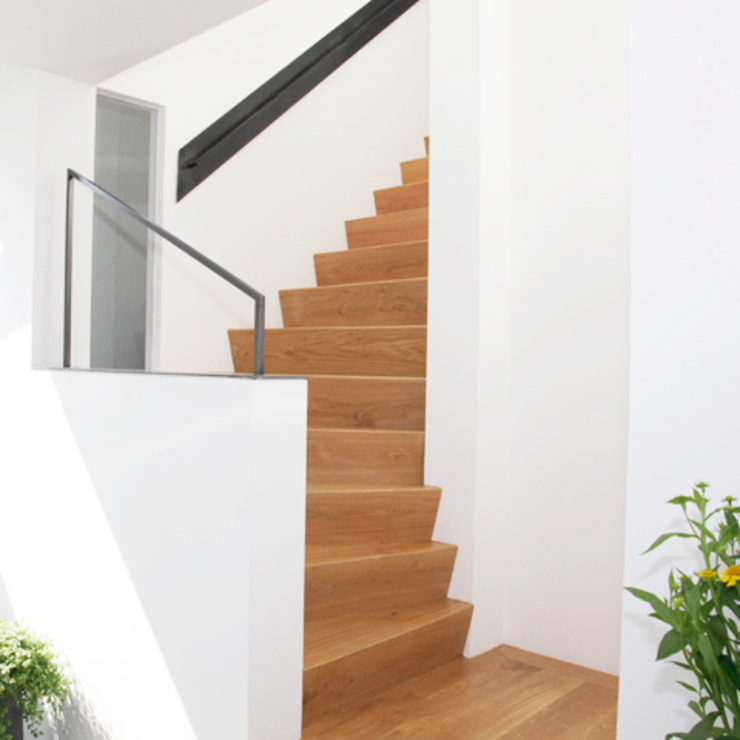 Modern Corridor, Hallway and Staircase by Archstudio Architecten | Villa's en interieur Modern Wood Wood effect
