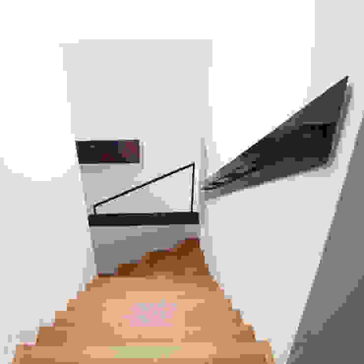 Modern corridor, hallway & stairs by Archstudio Architecten   Villa's en interieur Modern Wood Wood effect