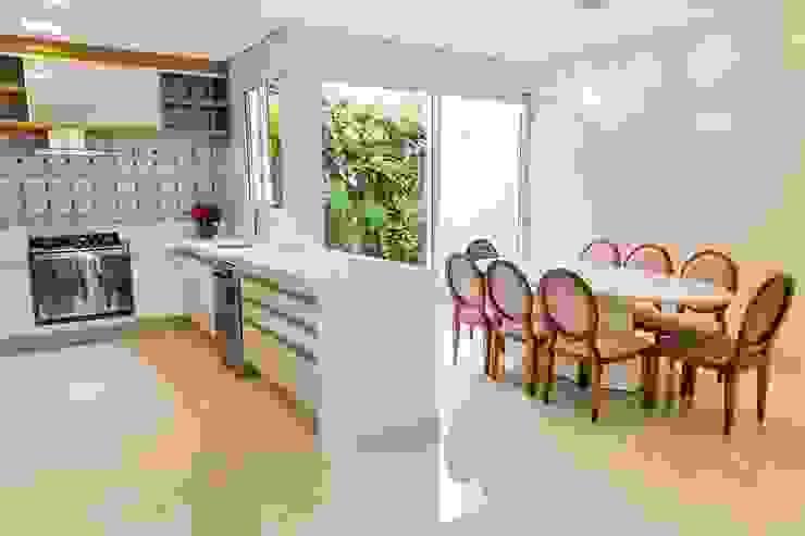 Cozinha Branca e Madeira Isa Ramoni Arquitetura Cozinhas modernas