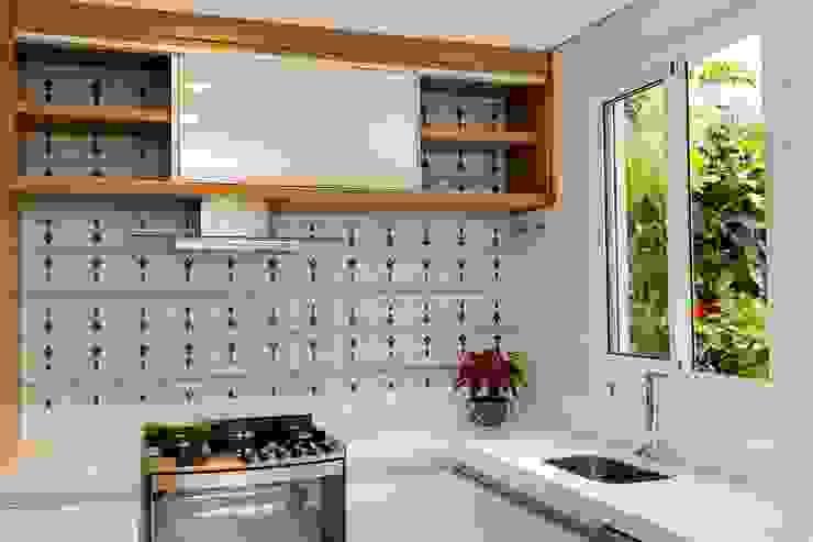 Modern style kitchen by Isa Ramoni Arquitetura Modern