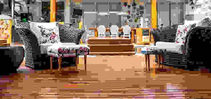 Hiên, sân thượng phong cách nhiệt đới bởi VN Arquitetura Nhiệt đới