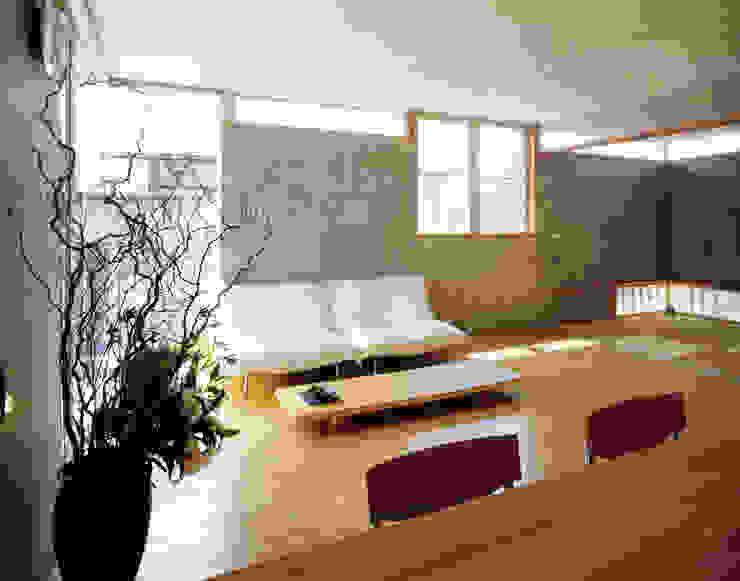 360度展開するハイサイドライトがあるLDKと和室 根岸達己建築室 モダンデザインの リビング コンクリート 灰色