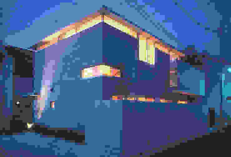 ハイサイドライトから光が漏れる外観 根岸達己建築室 モダンな 家 コンクリート 灰色