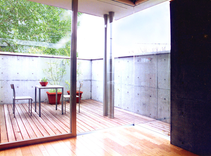 天気の良い日は外ごはん 根岸達己建築室 モダンデザインの テラス コンクリート 灰色