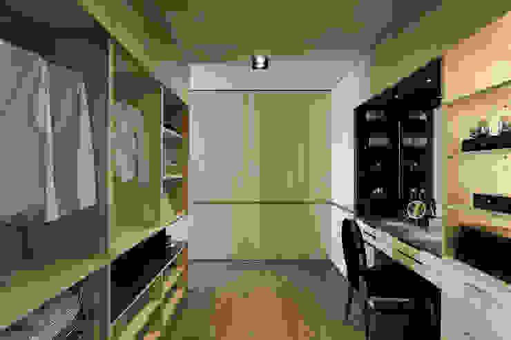 Walk in closet de estilo  por 楊允幀空間設計