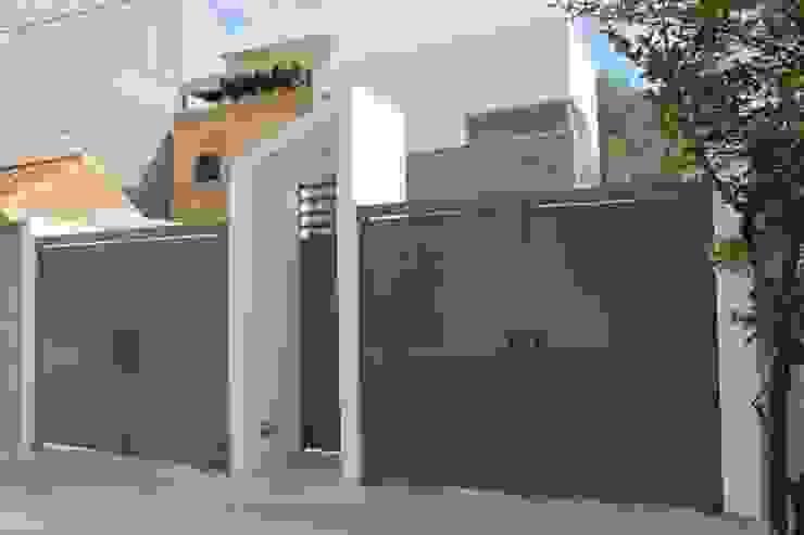 ÖQ Arquitectos Pintu garasi Besi/Baja Grey