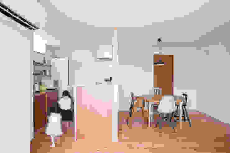 西ヶ崎町の家 横山浩之建築設計事務所 オリジナルデザインの ダイニング 木