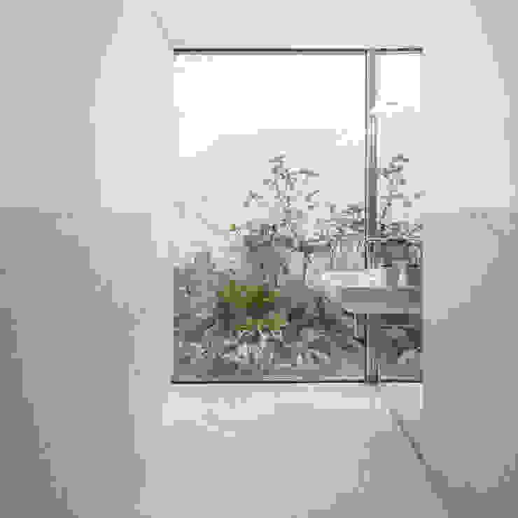 Red House EXTRASTUDIO Mediterranean style bathrooms