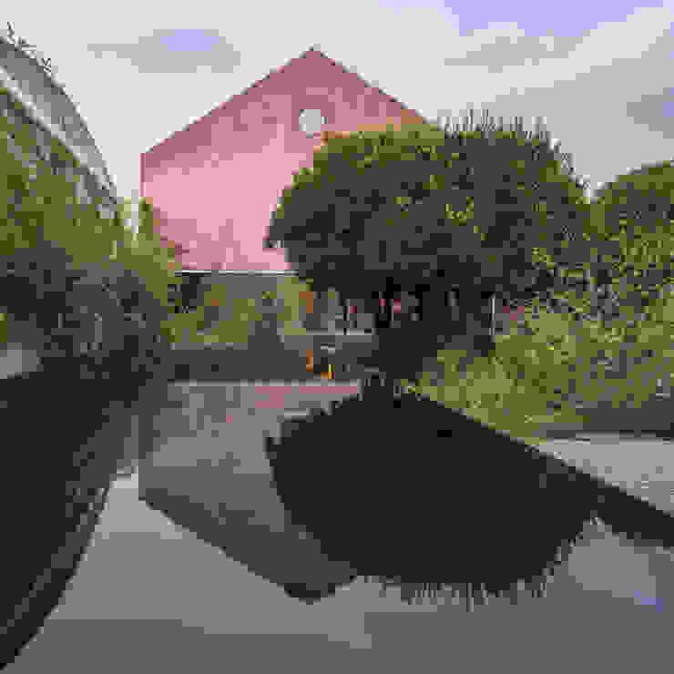 Red House EXTRASTUDIO Mediterranean style gardens