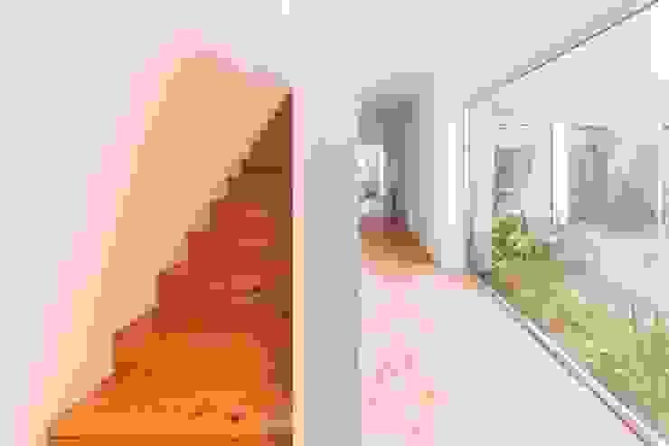 House with Three Courtyards EXTRASTUDIO Mediterranean corridor, hallway & stairs
