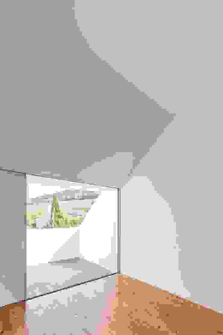 House with Three Courtyards EXTRASTUDIO Mediterranean style bedroom