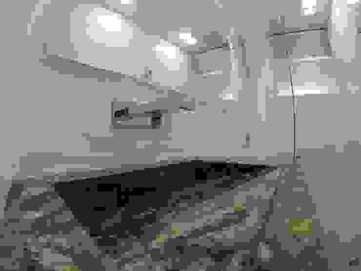 Detalle de grifería de cascada y mesón en granito Baños de estilo moderno de MODE ARQUITECTOS SAS Moderno