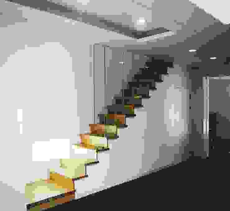 Corredores, halls e escadas modernos por 위즈스케일디자인 Moderno Madeira Efeito de madeira