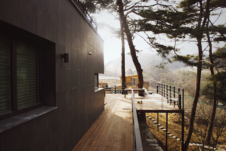 Varandas, alpendres e terraços modernos por 위즈스케일디자인 Moderno Madeira Efeito de madeira