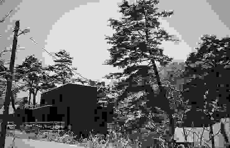Black House (강원도 평창 전원주택)-겨울전경 by 위즈스케일디자인 모던 화강암