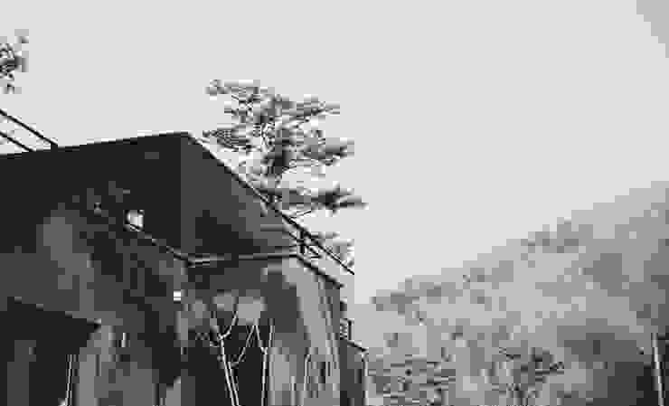 Black House (강원도 평창 전원주택)-전경 by 위즈스케일디자인 모던 화강암