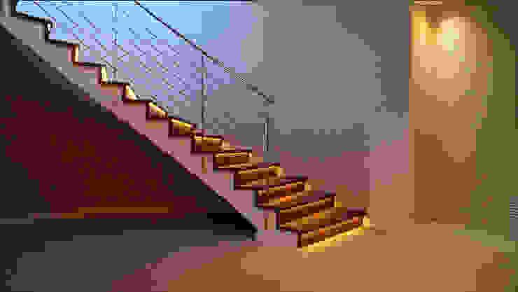 Escalera con luces led y barandilla de acero inoxidable Rf Serveis Agudo S.L Pasillos, vestíbulos y escaleras de estilo moderno Hierro/Acero Acabado en madera