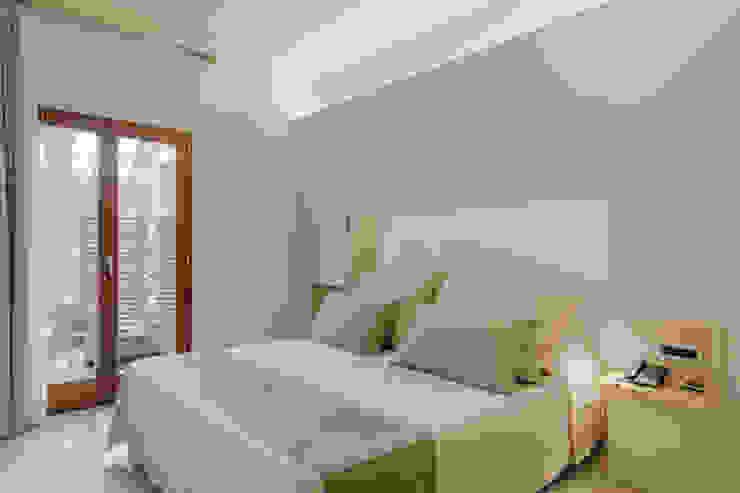 Camere di Sabbia Officina29_ARCHITETTI Camera da letto in stile mediterraneo Beige