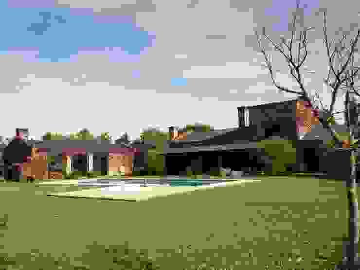 Country style garden by Marcelo Manzán Arquitecto Country