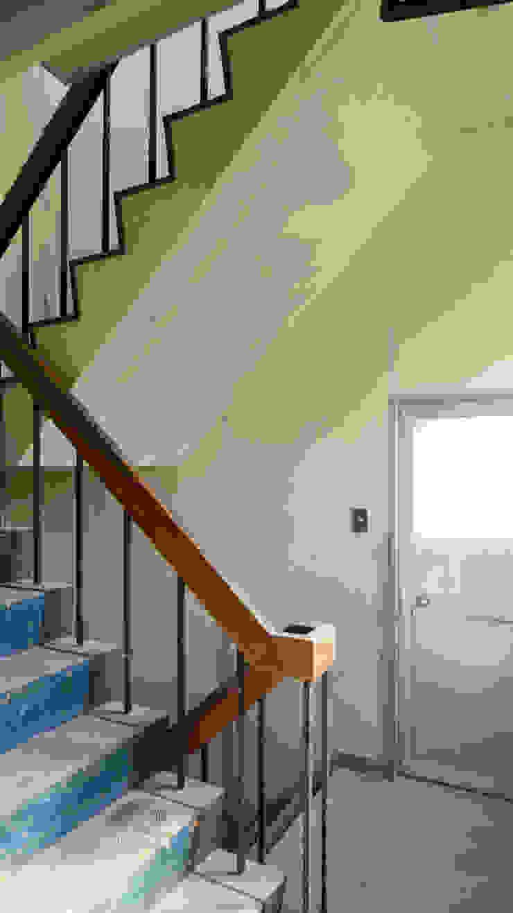 の ざ き 設 計 Minimalist corridor, hallway & stairs