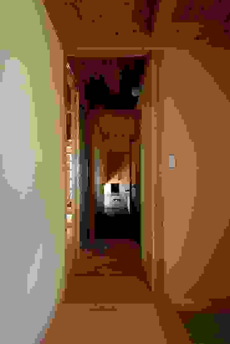 Corredores, halls e escadas ecléticos por 神谷建築スタジオ Eclético