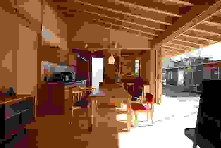 Salas de jantar ecléticas por 神谷建築スタジオ Eclético