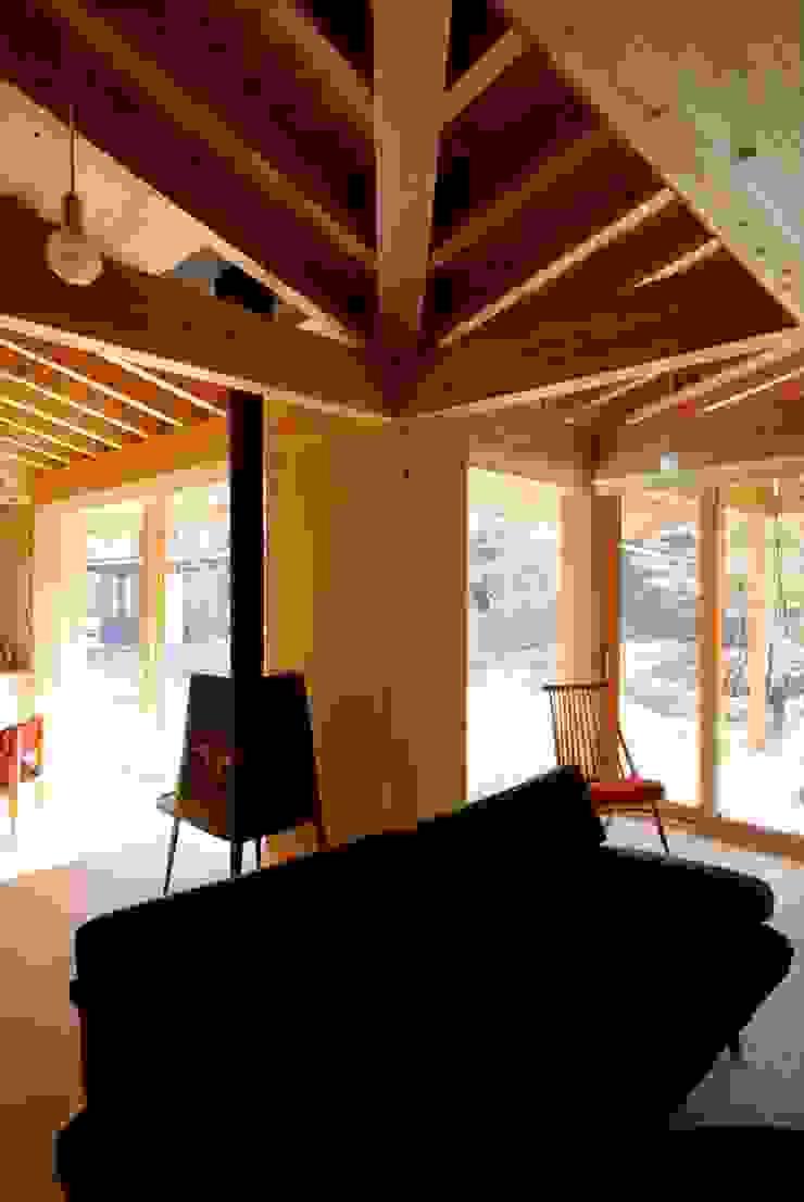 Salas de estar ecléticas por 神谷建築スタジオ Eclético