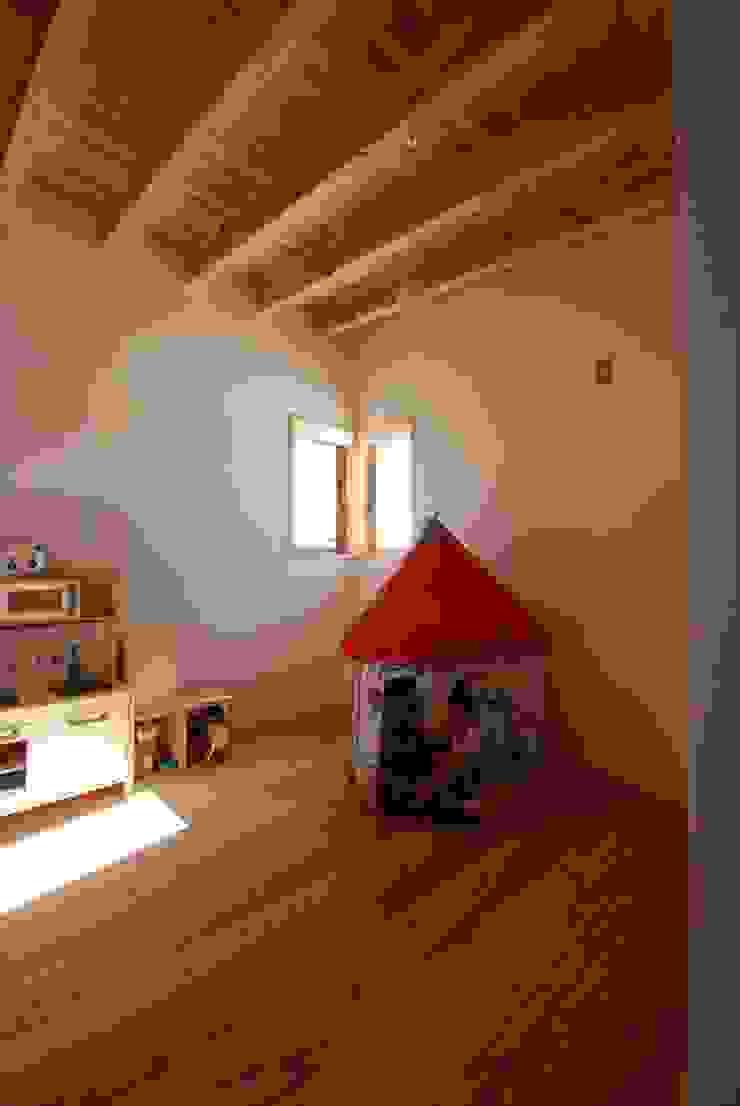 Quartos de criança ecléticos por 神谷建築スタジオ Eclético