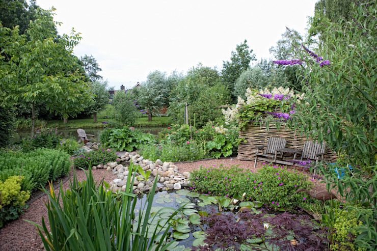 Groene tuin met natuurlijke vijver van Dutch Quality Gardens, Mocking Hoveniers